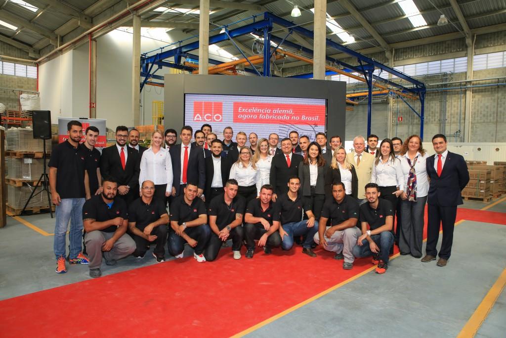 Time da ACO Brasil e América do Sul, que atualmente conta com 35 funcionários na sua nova fábrica, em Jacareí (São Paulo). Na foto, o dia da inauguração da fábrica – a primeira da ACO na América Latina.