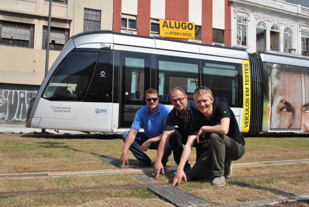 Da direita para a esquerda: Iver Ahlmann (Sócio-Diretor do Grupo ACO), François Desebbe (Diretor da ACO no Sudoeste da Europa e América do Sul), Fernando Wickert (Diretor da ACO Brasil) em frente à nova linha de transporte urbano VLT, no Rio, equipado com o sistema de drenagem ACO Tram.